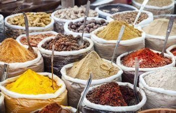 21199361-pices-color-es-indiennes-et-du-th-au-march-aux-puces-d-Anjuna-Goa-en-Inde-Banque-d'images.jpg